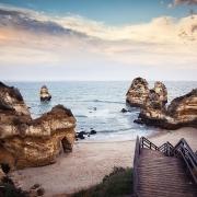 praia-do-camilo-mit-bruecke
