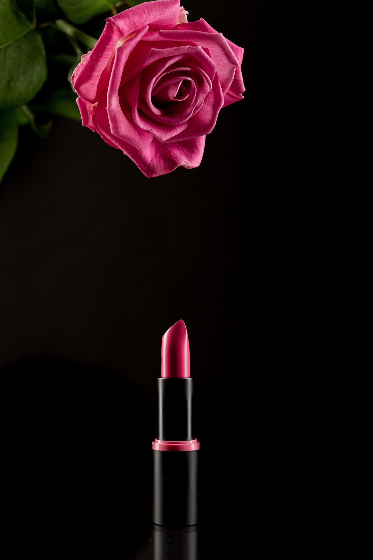 Blume mit Lippenstift
