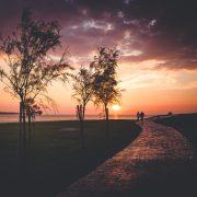 Strandspaziergang bei Sonnenuntergang